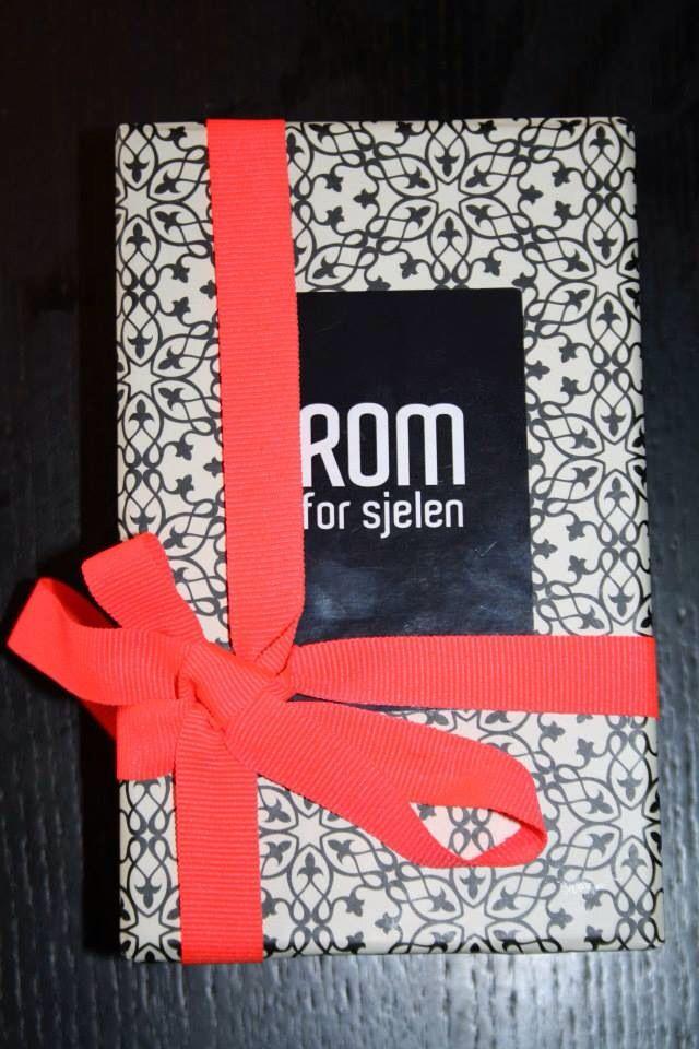 Pakkes i fine gave esker - www.romforsjelen.no