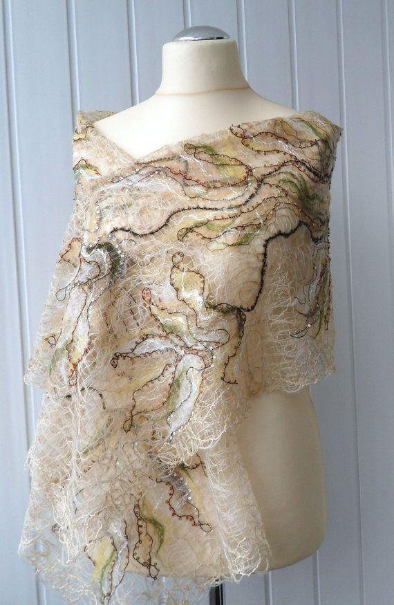 Sciarpa calda, accogliente ed elegante. Fatto a mano scialle realizzato con tecnica di lana pazzo, per le donne. Per il matrimonio. Questo scialle unico è realizzato con filati di mohair e morbida lana merino e altri splendidi filati per la decorazione.  Dimensioni: 180 cm (70,9 pollici) di lunghezza 40 cm (15,7 pollici) di larghezza ------------------------------------------- Questo articolo è fatto a mano su ordinazione e per la spedizione in 10 giorni dopo lacquisto…