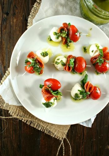 ぺぺロニ、トマトとモッツァレラチーズ、バジルビネグレットソース。美味しくないわけがありません!  <材料>24個分 ミニモッツァレラチーズボール 24個 バジルの葉っぱ 24枚 ぺぺロニスライス 24枚 チェリートマト 小さ目24個 爪楊枝 24本 -バジルヴィグレットソース- オリーブオイル 1/3カップ ホワイトバルサミコ酢 大さじ1 ガーリックパウダー 小さじ1/4 シャロット 1個 みじん切りにしておく バジルの葉っぱ 6枚 刻んでおく 塩 ひとつまみ 黒胡椒 6振り程