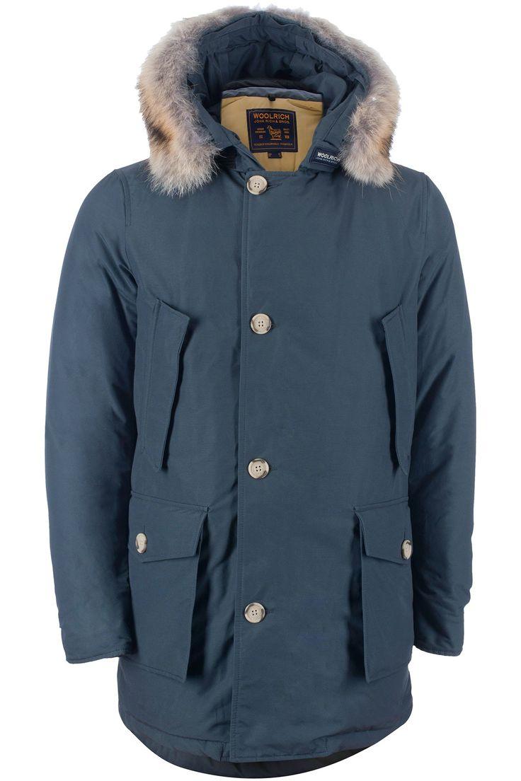 Woolrich Arctic Parka df in de kleur Blauw. De jas heeft een rits en knop sluiting en hand warmende zakken. De jas is afgewerkt met klep zakken aan de voorzijde ook heeft de jas een afneembare coyote bontkraag. Deze jas is gemaakt met Woolrich iconische katoen/nylon weefsel met speciale Teflon afwerking voor extra weerstand tegen sneeuw, regen en wind