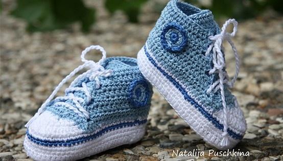 Babychucks - gehäkelt  Die Schuhe zu häkeln ist einfach. Können müsst ihr nur Luftmaschen, feste Maschen, Kettmaschen, halbe Stäbchen und Stäbchen. In der Anleitung wird jeder Schritt durch Fotos verständlich (insgesamt ca. 150 Bilder in hoher Qualität) erklärt.  http://www.crazypatterns.net/de/items/54/Häkelanleitung-für-Mädchen-Babychucks