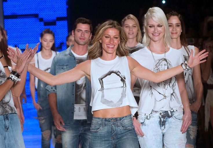 La supermodelo brasileña Gisele Bundchen, al centro, festeja al final de la presentación de la colec... - The Associated Press