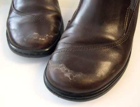 Как удалить белые пятна соли с кожаной обуви На кожаной обуви остались белые соляные пятна? Удалите их при помощи раствора из одной столовой ложки уксуса и стакана воды.