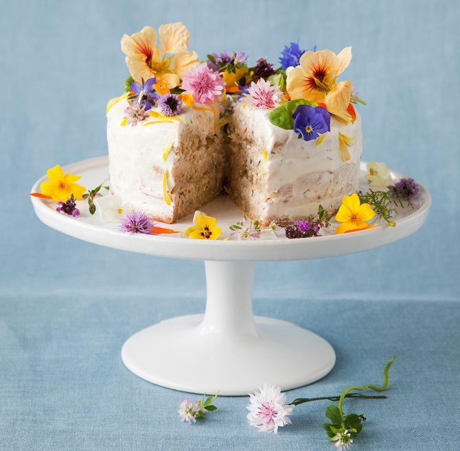 Kukilla koristeltu pyöreä voileipäkakku ei häviä ulkonäössä makeille kakuille. Kuva: Arto Vuohelainen