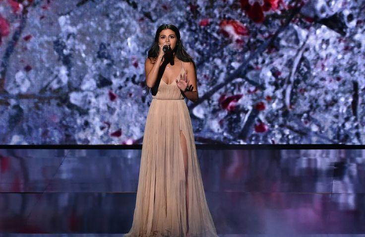AMA 2014: Selena Gomez faz apresentação emocionante no palco da premiação