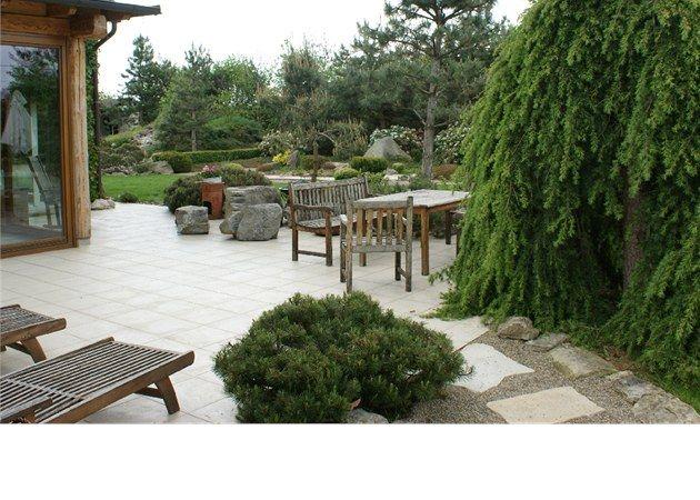 Podobně velká i provedená terasa jako máme my...ovšem zde nádherně zasazená do zahrady kolem!