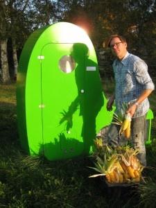 Der Holländer, der auf der 11. Architekturbiennale in Venedig mit am Tropf hängenden Apfelbäumen beeindruckte, kam zusammen mit dem grünen Halsbandsittich (dem Gewinner der Klimaerwärmung) nach Wilhelmsburg. Dem Gastprofessor an der Hochschule Wismar haben wir es zu verdanken, dass dss Konspirative KüchenKonzert mit Bernadette La Hengst vom Publikum mit selbst erzeugtem Ökostrom von einem Duchamp2.0-Fahrradreifengenerator betrieben wurde.