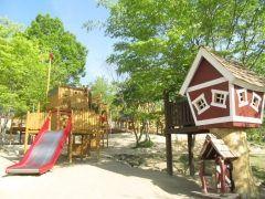 福島県本宮市のスマイルキッズパーク  一年間で約万人もの子供たちが来場した人気の施設です  館内は5つのゾーンで構成され24か月までの乳幼児に限定したベビールーム幼児から小学生までを対象としたゾーンには全身を使ったダイナミックな動きを楽しめるプレイルーム2人乗りのユニークな三輪車などいろいろなカートにみんな夢中のサーキット水が無くてもかたまるダンシングサンドが用意された砂遊びのお部屋があります  さらに小学生以上のわんぱくキッズには遊びを通して運動機能を高めるジュニアアスリートエリアがピッタリ 室内にいながら公園にいる感覚で楽しめますよ  tags[福島県]