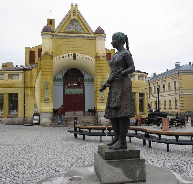 Nyt saatiin myös naiskauneutta torille, kun Siskotyttö-patsas palasi paikalleen.