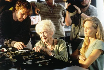 Bill Paxton (as oceanographer Brock Lovett), Gloria Stuart (as the older Rose Dewitt Bukater) and Suzy Amis in a scene from Titanic set in the present. Description from portaldev.fin24.com. I searched for this on bing.com/images