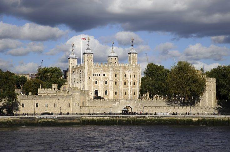 Najbardziej nawiedzone miejsca na świeci - Tower of London, Anglia - nie dziwi fakt, że londyńskie Tower jest uważane za nawiedzone. Przez stulecia odbywały się tu setki egzekucji, a tysiące więżniów zmarło w więziennych celach. Najsłynniejszą spacerującą po twierdzy postacią jest Anna Boleyn, jedna z żon Henryka VIII. Królowa przechadza się po korytarzach niosąc w rękach swoją głowę.