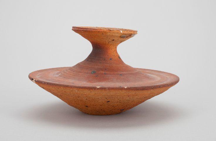 KYLLIKKI SALMENHAARA, A CERAMIC VASE. Signed KS Arabia. Stoneware containing chamotte. Brown glazing. Diameter 17,5 cm.