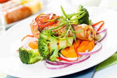 Grillowane podudzia z ziemniakami z rozmarynem i grillowanymi warzywami