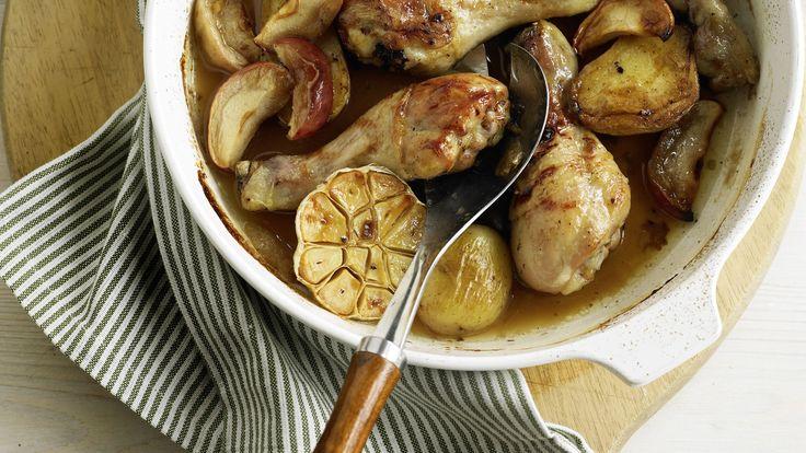 Cosce di pollo cotte al forno con patate, mele, aglio e con un delizioso sugo di cottura al miele e allo zenzero. I fan della carne rimarranno estasiati.
