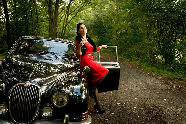 Lady in red with oldtimer and martini glas Model Dollycrow