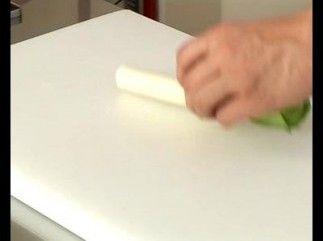 Retrouvez cette technique couper en julienne ainsi que d'autres techniques de cuisine en vidéo sur le site de L'atelier des Chefs