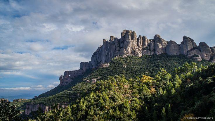 Acostumbrados a ver Montserrat desde el lado del monasterio, en el lado opuesto las Agulles i Frares Encantats hacen las delicias de los escaladores.