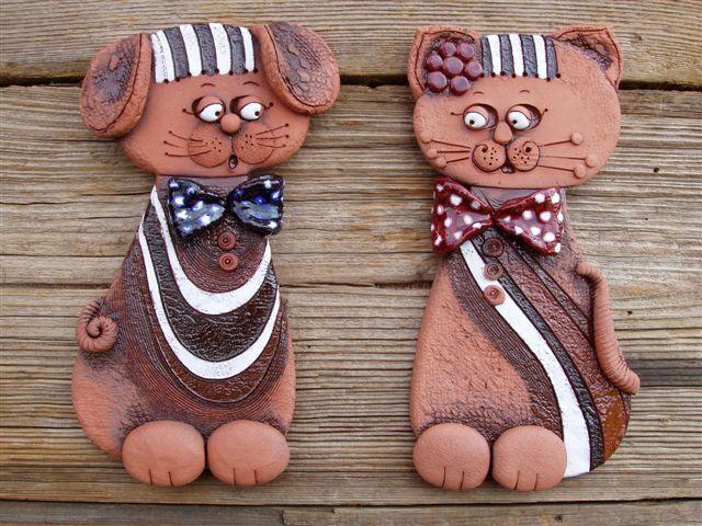 Kočka a pejsek závěsné Ručně vyráběná dekorace, co kus to jedinečný originál. Barevné provedení červenice Výška 25 cm Cena kachle je za kus.