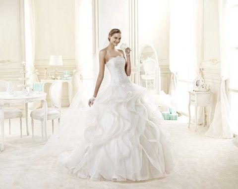 Romantické biele svadobné šaty s bohatou volánovou sukňou a krajkovým korzetom.