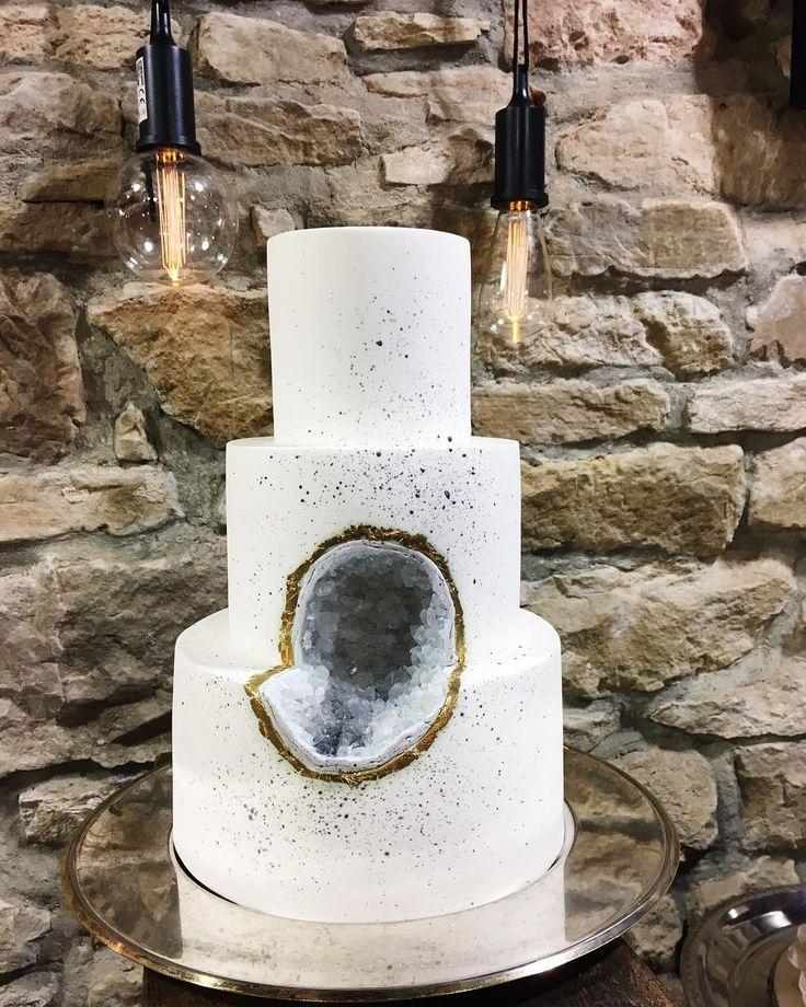 #cake #weddingcake #small #geode #graylover #gray #gold #puristic #artistic #cakedesign #weddinginspiration #crystals #brickwall #oneofmyfavorites #instacake #mood #schlicht #hochzeitstorte #industrialdesign #lights #sprinkles #grau #grauliebe #zuckerkunst #lecker #pünktchen #suessepoesie #sweetpoetry