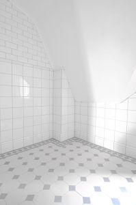 """Nu är badrummet klart med golv och väggarnas material. Kakel på väggarna, klinker på golvet, allt fogat och med silikon på plats. Alla plattor kommer från """"Acorn & Lilac"""". Lagda och satta enlig..."""