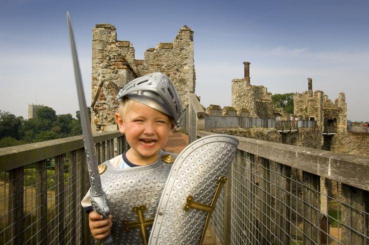 Familievakantie in Engeland. Er zijn zoveel kastelen dat er altijd wel eentje in de buurt is om riddertje te spelen.