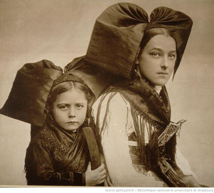 Mietesheim, 1909, femme et fillette en costume local de fête (TR)   1909   National Library Of France   Public Domain Marked