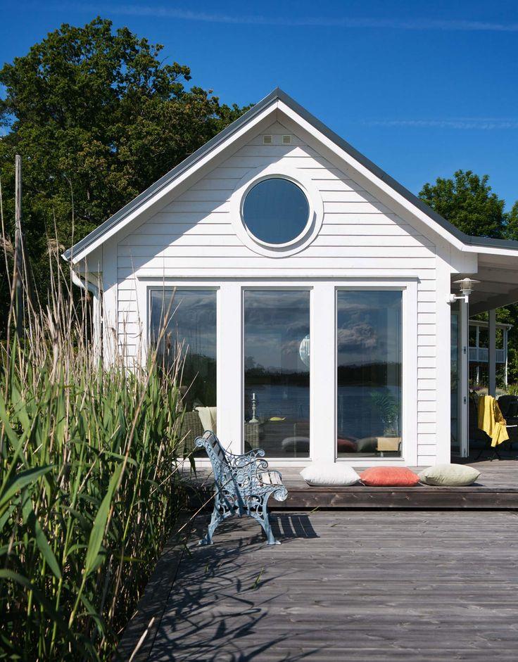 På Tynningö i Stockholms skärgård ligger detta lyxiga bastu hus i New England-stil.