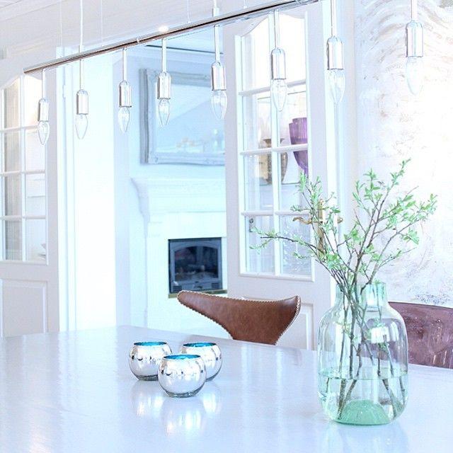 #glassveranda #interiør #interiordesign #interiørmagasinet #spisestue #diningroom #myhome  #vårlys Elsker at dagene raskt blir lengre og lysere, det gjør det langt triveligere å være ute, men også inne gir alt lyset fra vinduene rommene et ekstra løft, synes jeg! ☀️ Nå skal jeg gjøre ferdig et helt nytt bilde  jeg har holdt på med noen uker, følg gjerne kunstsiden min på Facebook: https://www.facebook.com/galleribjorsvik/  Ha en finfin kveld videre!  Klem fra Ann.