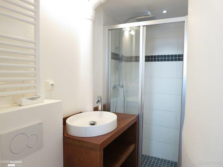 Objectif : Rénover ce studio en y intégrant un vrai espace chambre  Conditions particulières : Petite surface = conception au centimètre près !  La SDE est un couloir d'à peine 1m de large dans sa partie la plus étroite... il fallait qu'elle soit tout de même fonctionnelle...  Descriptif du projet : Démolition de la cuisine/salle d'eau,  Doublage des murs et étanchéité,  Création d'une salle d'eau avec douche spacieuse,  Création d'un meuble vasque sur mesure...