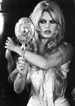 Brigitte Bardot frizurái. Elsőként mindenkinek az erotikus kisugárzás jut róla eszébe, férfiak milliói epedtek utána világszerte. Öltözködése mindig szexi volt: megengedhette magának, mivel alakját a sok év balettozás meglehetősen áramvonalassá formálta. Szemét hangsúlyozó jellegzetes sminkje divattá vált. Különleges hajzuhataga pedig plusz vonzerőt jelentett, ezt nem is habozott kihasználni.