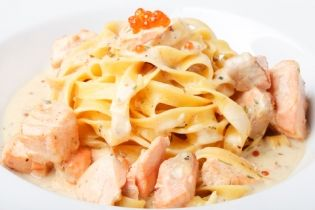 Tagliatelle with salmon, cream cheese and brigs | gourmed.com