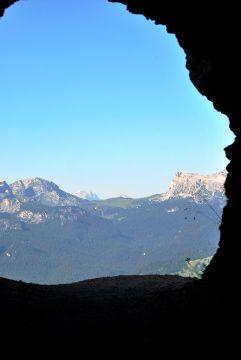 Grotta in Forcella Zumelles, vista sui Lastoi de Formin