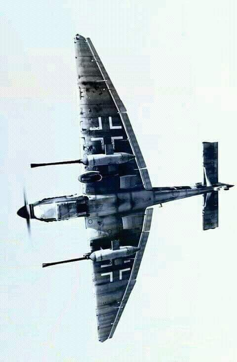 """Eine Junkers Ju-87 G """"Panzerknacker"""" mit ihren beiden charakteristischen 37mm BK-Behältern unter den Tragflächen."""