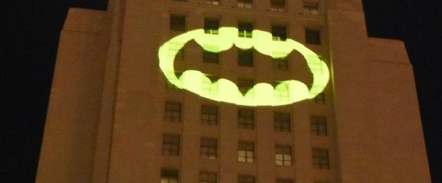 Бэт-сигнал загорелся в Лос-Анджелесе в память о легенде