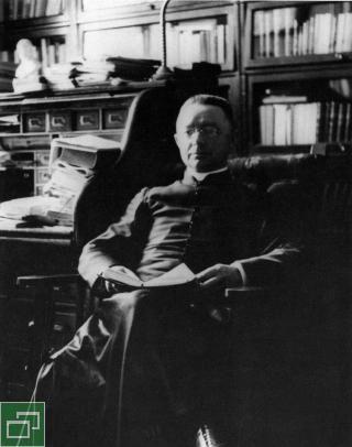 L'abbé Lionel Groulx dans sa chambre du presbytère Saint-Enfant-Jésus-du-Mile-End à Montréal | CRCCF