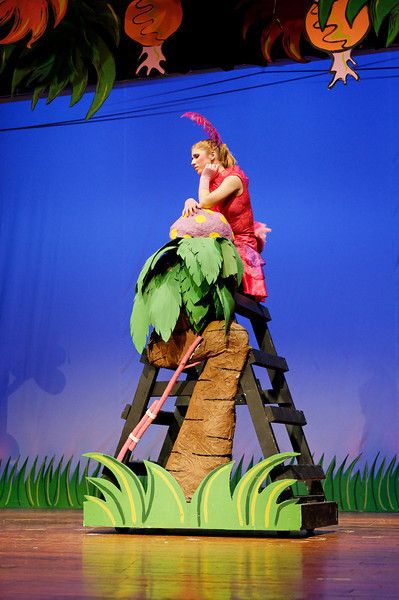 Nest using a ladder and grass below the cyc ideas.