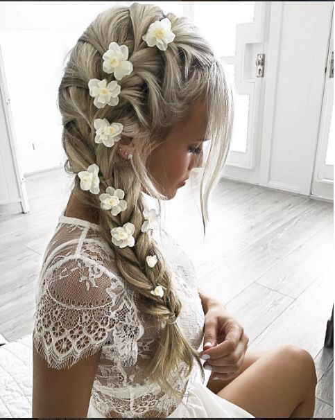 Trenza con flores blancas. I so wish I could do this!