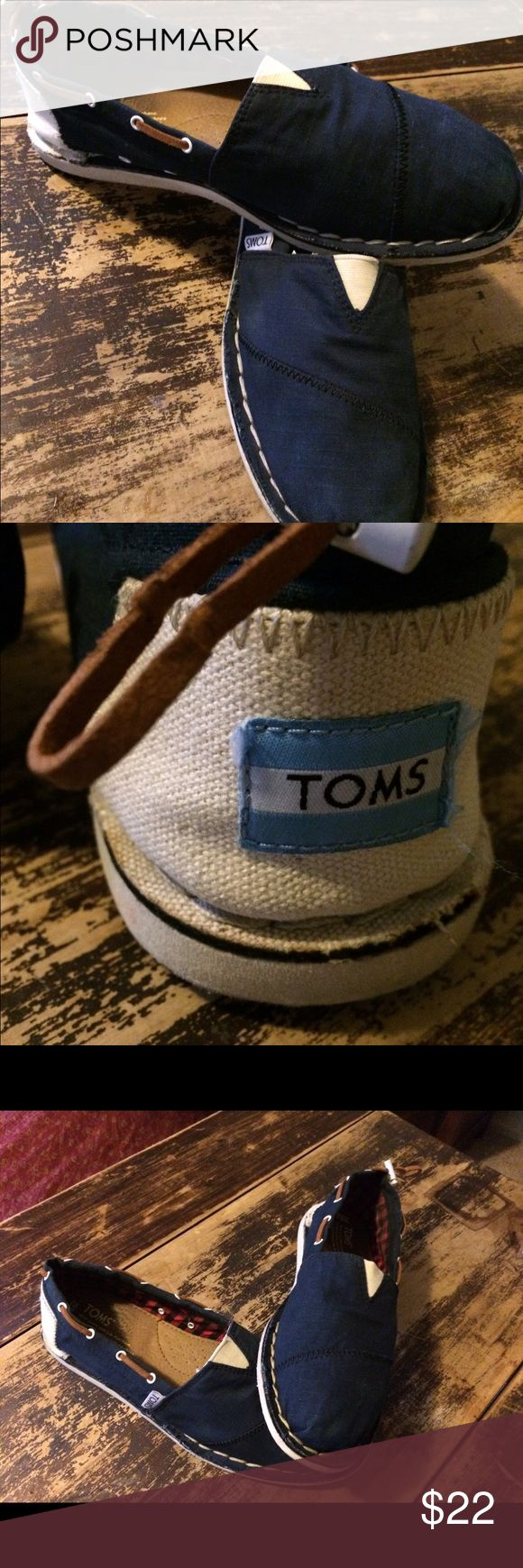 Toms shoe Perfectly nautical Toms Bimini shoe. Used but still in good clean condition. Toms Shoes Slippers