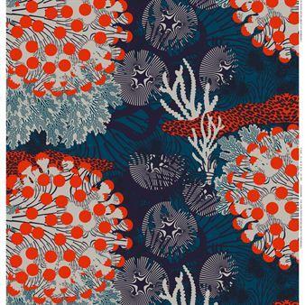 Upea Merivuokko-kangas Marimekolta on pellavaa. Upeanvärinen Merivuokko kuvaa erilaisia meren eläviä korallien keskellä. Käytä sitä tilanjakajana, verhoina tai pöytäliinana. Kankaan on suunnitellut Kustaa Saksi ja sitä on saatavana eri väreissä.