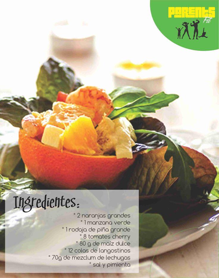 Corte las naranjas en mitades y saque la pulpa de la fruta. En una ensaladera mezcle  la naranja cortada, la piña, la manzana en dados pequeños, los tomates cherry en cuartos, el maíz y los brotes de lechuga. Añadimos las colas de langostinos (debes cocerlos durante 3 minutos en agua y sal) y salpimentamos.