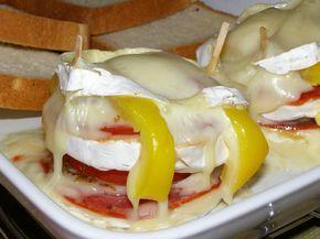 Hermelíny podélně rozkrojíme na 3 plátky jako dort. Spodní díl potřeme plnotučnou hořčicí, poklademe na něj tenká kolečka cibule, salám a plátky...