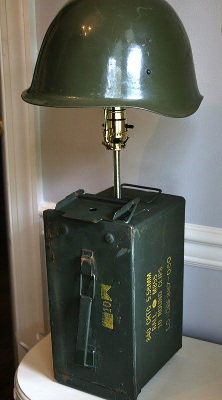 Quarto de menino. Lâmpada de cabeceira (luminária) com capacete militar e caixa de munição.