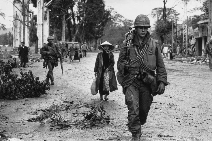 Rückkehr nach Hue:  Amerikanische Soldaten und vietnamesische Flüchtlinge...