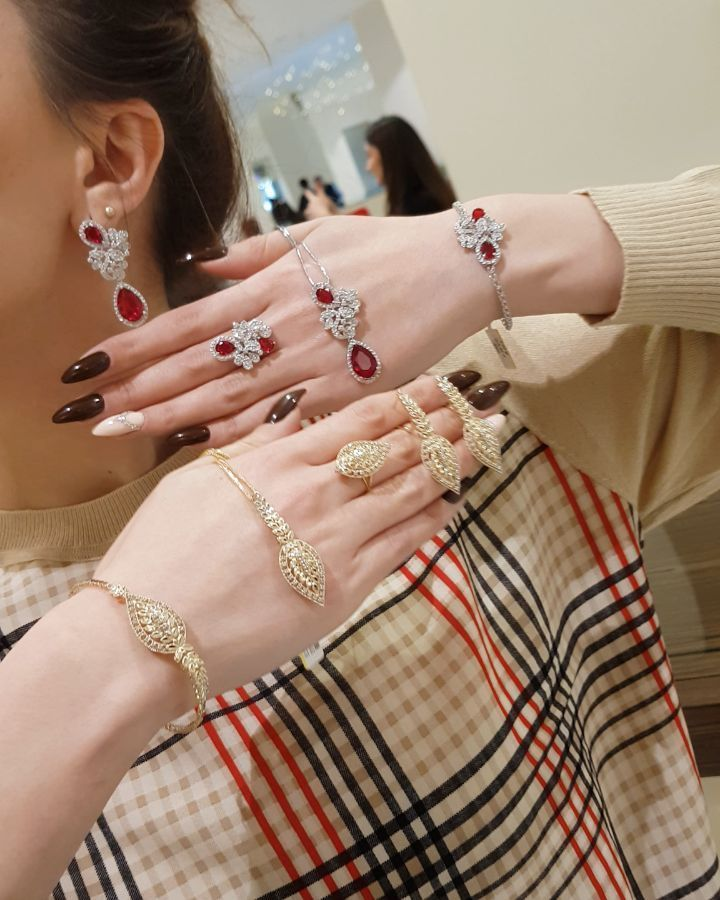145 Likes 6 Comments Moskva Univermagi 2 Ci Mertebe Sansi Jewellery On Instagram Qirmizi Və Sari Qizil Sevənlər Ucun Endirim Bangles Jewelry Bracelets