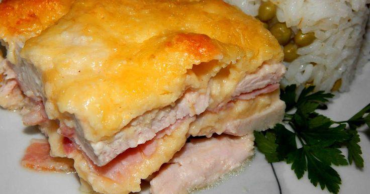 Mennyei Rakott csirkemell recept! A rakott csirkemell egy elég kiadós, és finom étel. Köretnek bármit kínálhatunk mellé. Hamar össze lehet tenni, és gyorsan készen is van. Lehet csirkecombból vagy akár pulykamellből is készíteni.