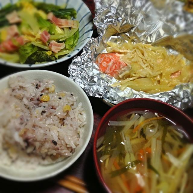 久々にホイル焼き作りました。美味しかった〜 - 6件のもぐもぐ - 鮭の味噌ホイル焼き&ベーコンとキャベツの煮浸し&梅シソと野菜のお吸物 by palico