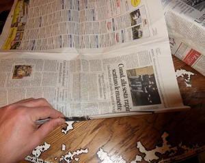 Incartare un regalo in modo stravagante!   Ecco unidea originale per incartare un pacco regalo in modo bizzarro e stravaganteperché il bello di un regalo sta anche nella sua confezione.Noi abbiamo riciclato vecchi giornali e volantini pubblicitari che abbiamo trovato nella buca della posta ed abbiamo realizzato borsa news OCCORRENTE: -Quotidianiriviste varievolantini pubblicitari. -Colla. -Cartoncino colorato. -Un pò di fantasia. Per prima cosa abbiamo incartato la nostra scatola contenente…