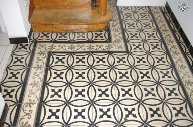 Antieke vloertegels van www.floorz.nl toegepast in een gang. Zwart-wit blijft tijdloos.