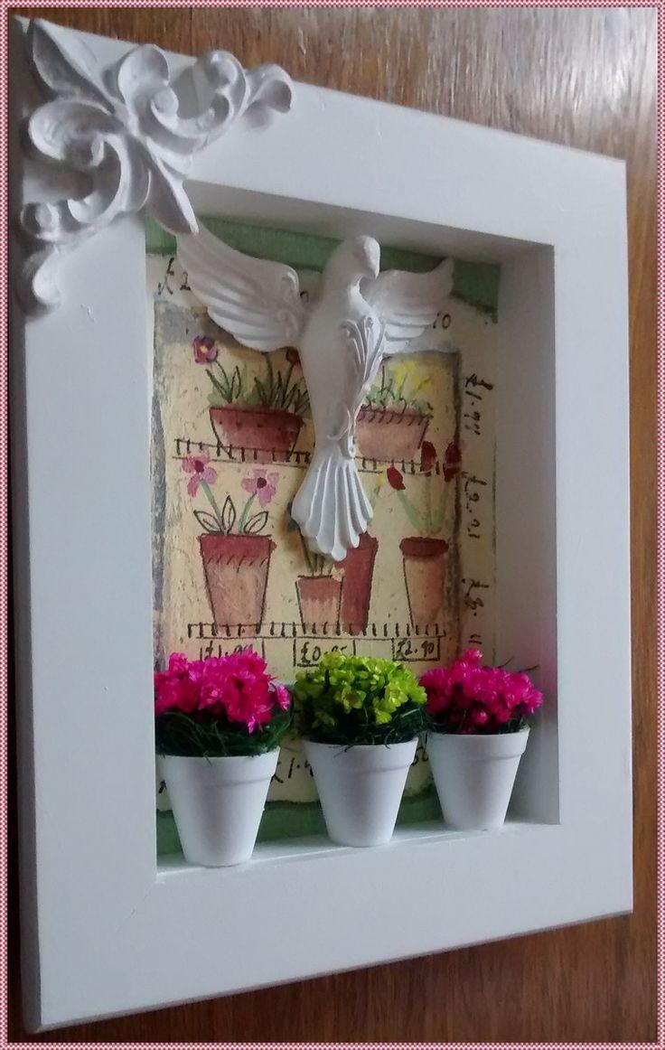 Gracioso quadrinho decorativo, confeccionado em mdf, pintu  ra branca, fundo em decoupage, papel importado, com moti  vos florais, mini vasinhos de plasticos com florzinhas secas, nas cores pink e verde e adornado com divino espirito santo pro  vençal em resina.  * PRONTA ENTREGA*  *EXCLUSIVIDADE...
